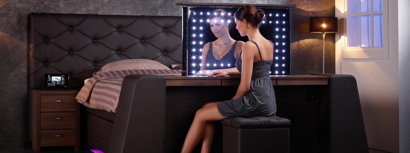 boxspring met kaptafel en tv